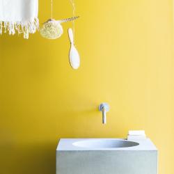 gul vägg tvättställ i betong
