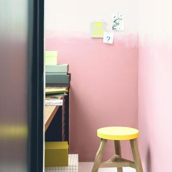 rosa vägg gul pall
