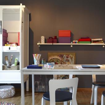 vitt vitrinskåp arbetsrum brun vägg