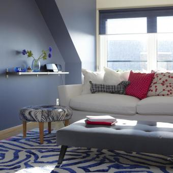 vardagsrum blå väggar vit soffa