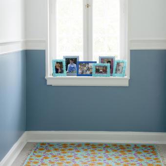 blå vägg blommig matta ramar
