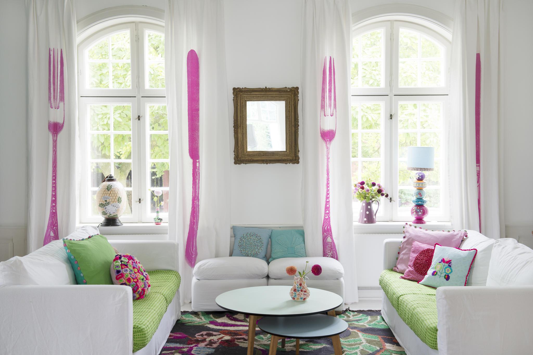 vardagsrum gardiner rosa bestick kuddar