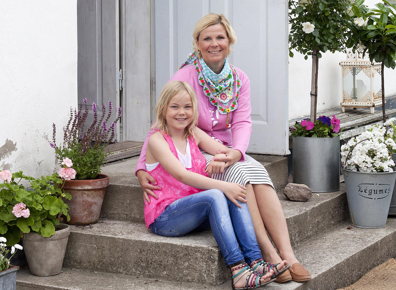 Kristina Alva räng sitter på trappa