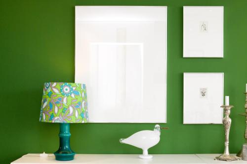 grön vägg retro lampa fågelmås