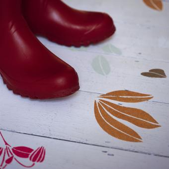 målat trägolv röda gummistövlar