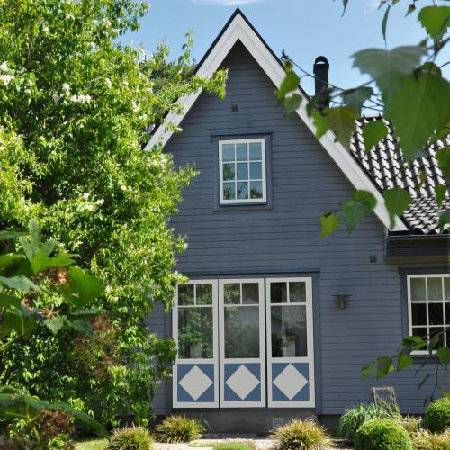 trähus grått blått vackra fönster