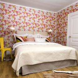 tapet blommig röd rosa sovrum säng
